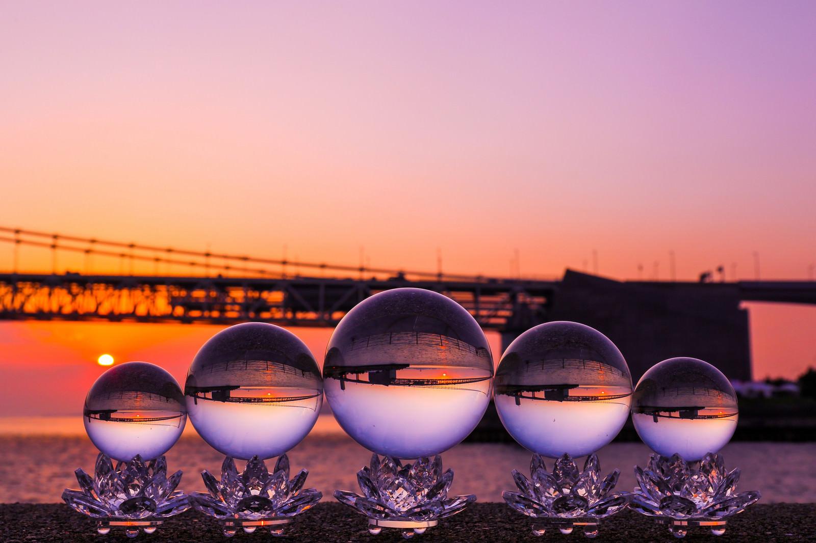 「沈む夕日と水晶球」の写真
