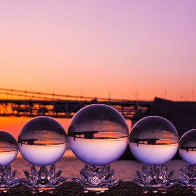 沈む夕日と水晶球の写真