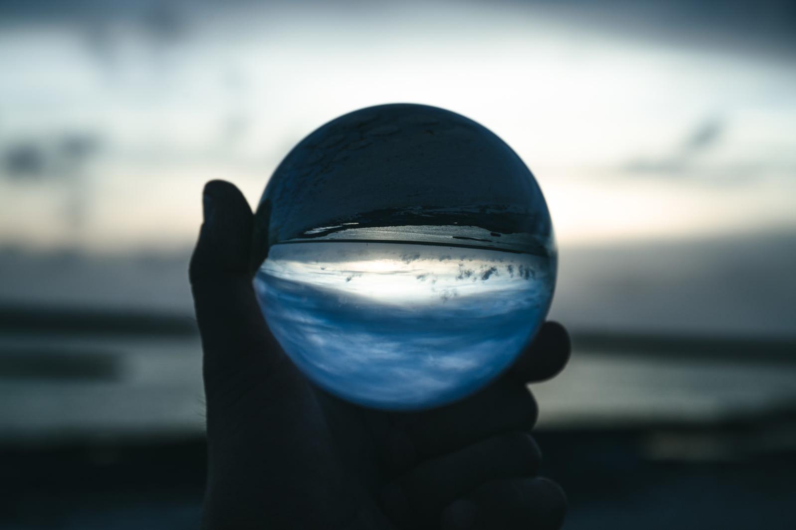 「日没の浜辺とガラス玉」の写真