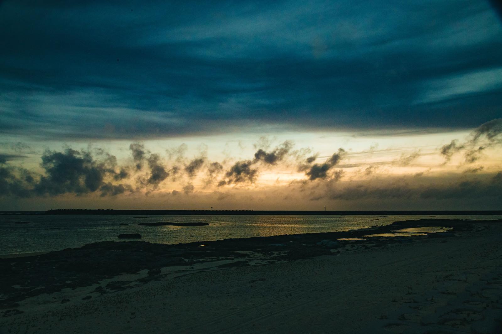 「日没に焼ける空と海」の写真