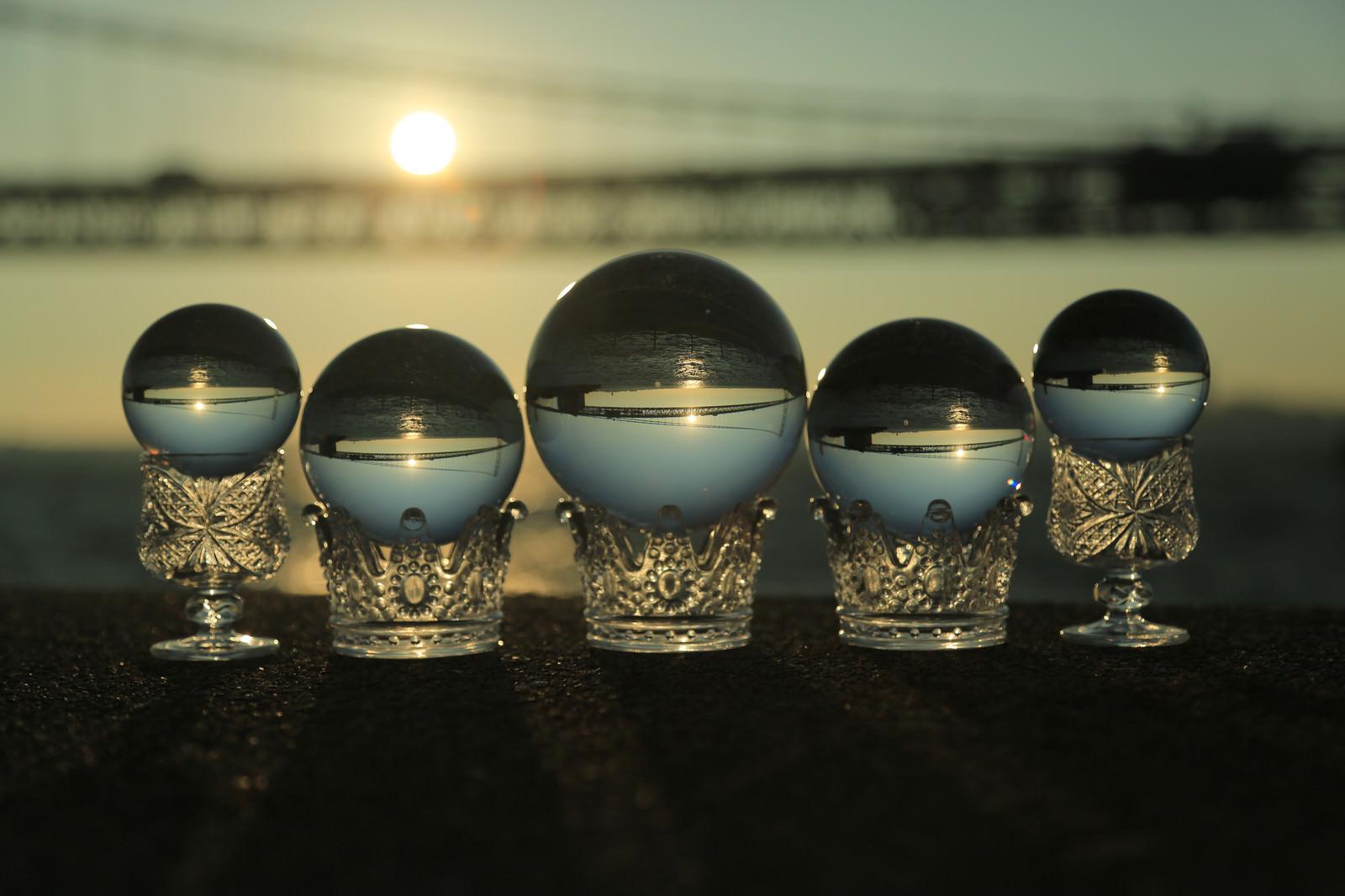 「並んだ水晶越しに見る橋」の写真