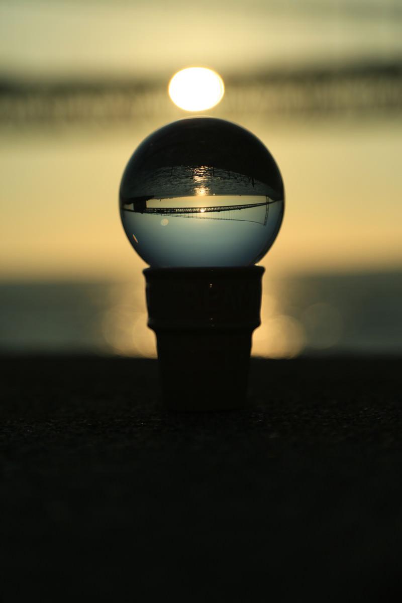 「水晶に映る夕日と橋」の写真