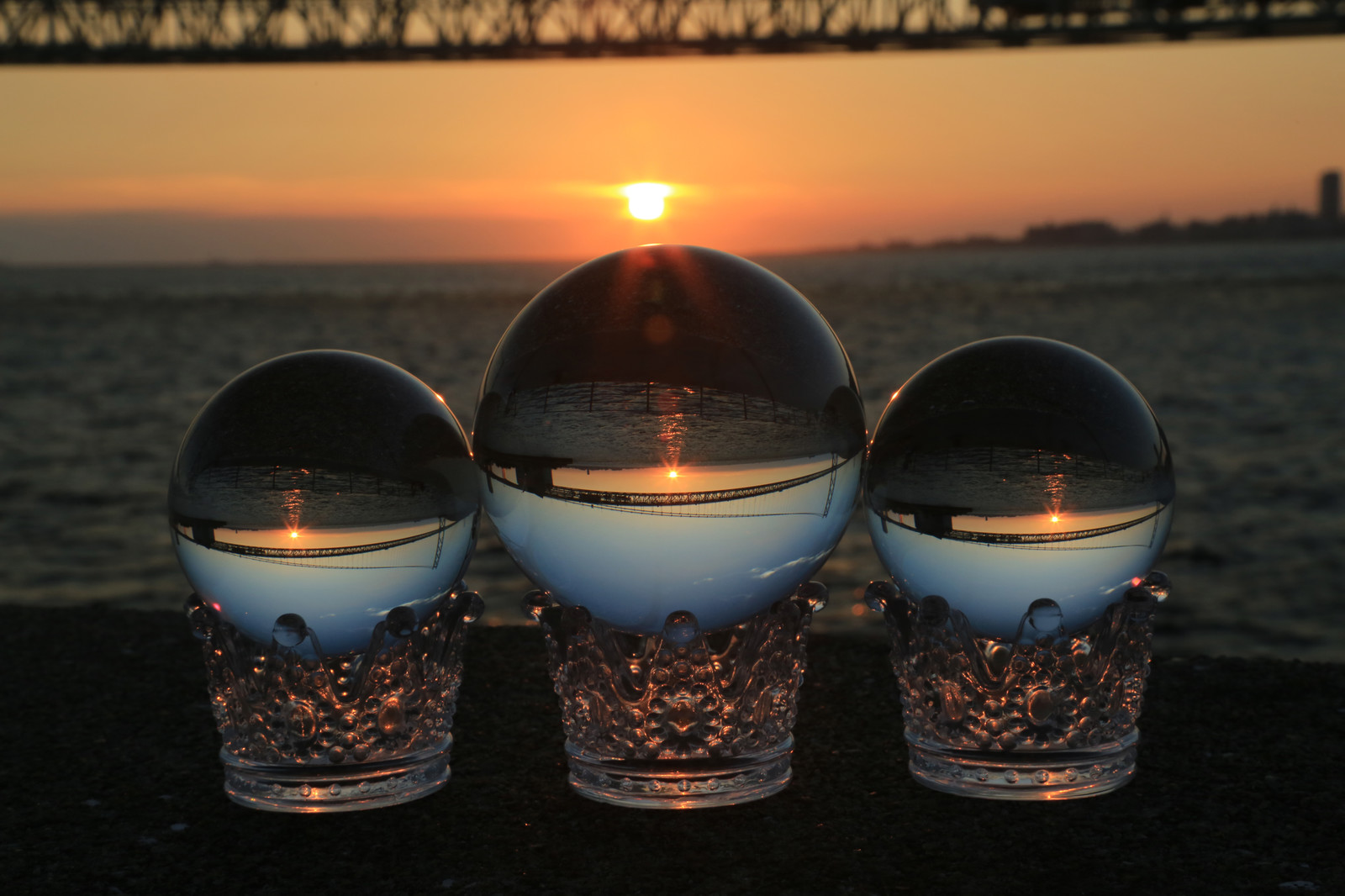 「沈む夕日と水晶玉」の写真
