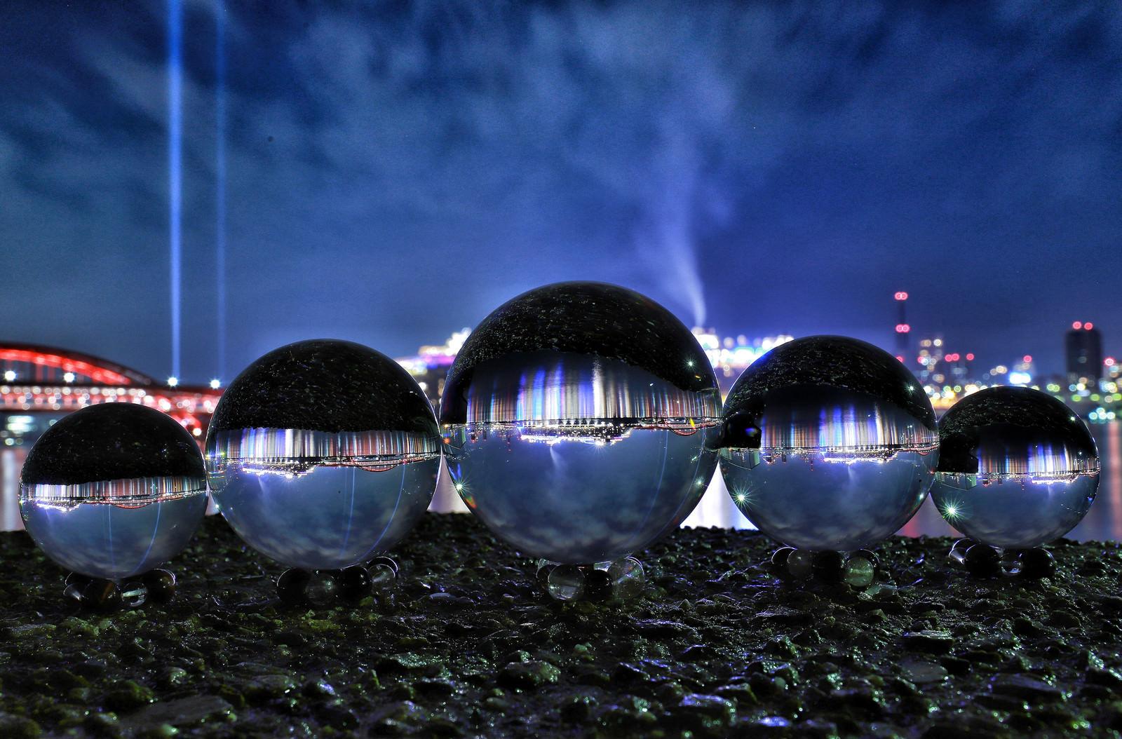 「水晶球から見る夜の旅客船」の写真