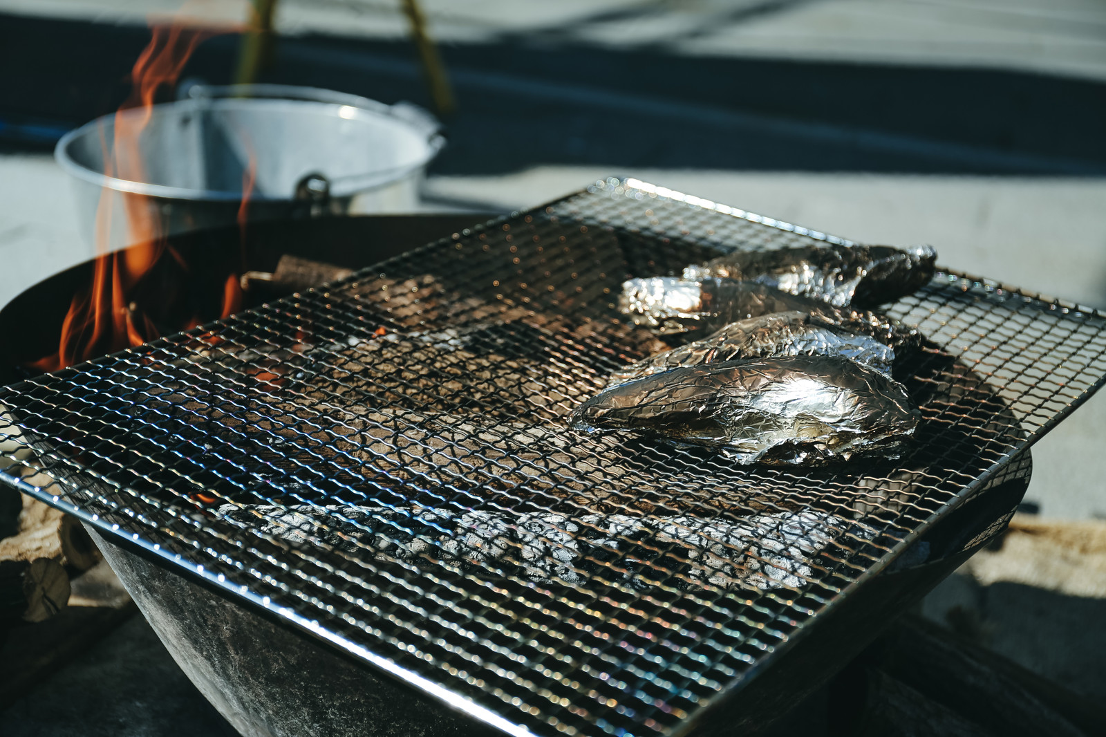 「屋外でホイル焼き(BBQ)」の写真