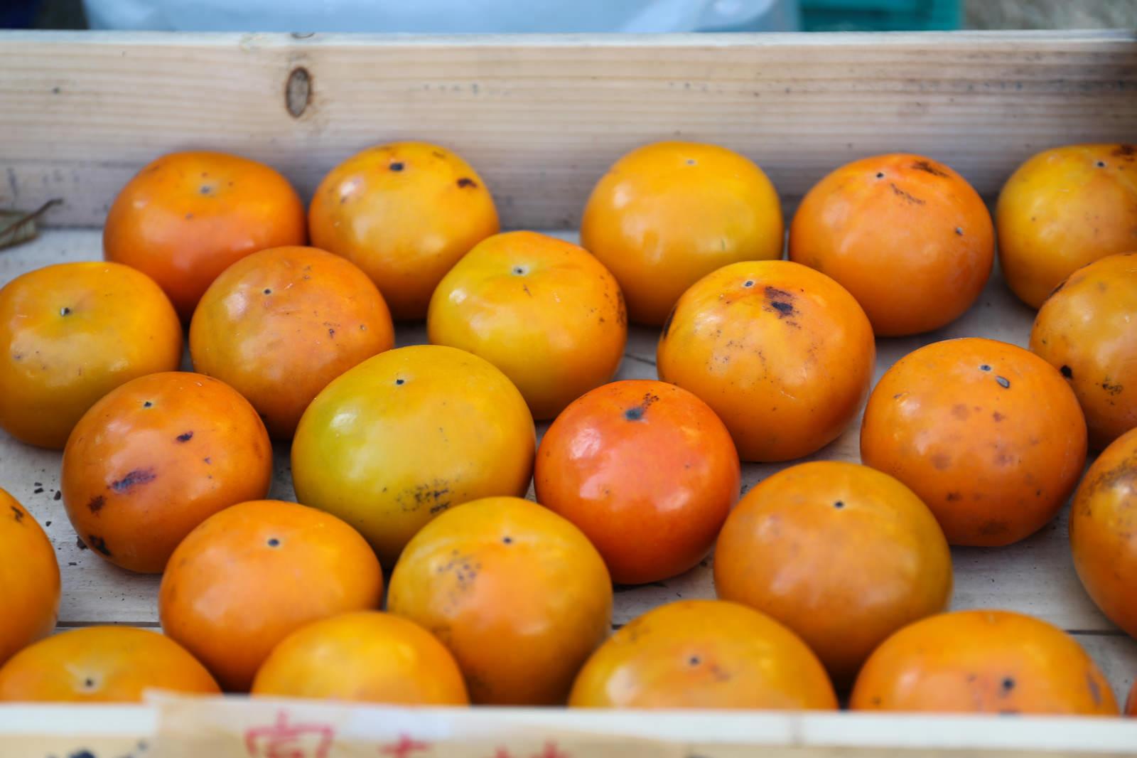 「木箱に入った柿」の写真