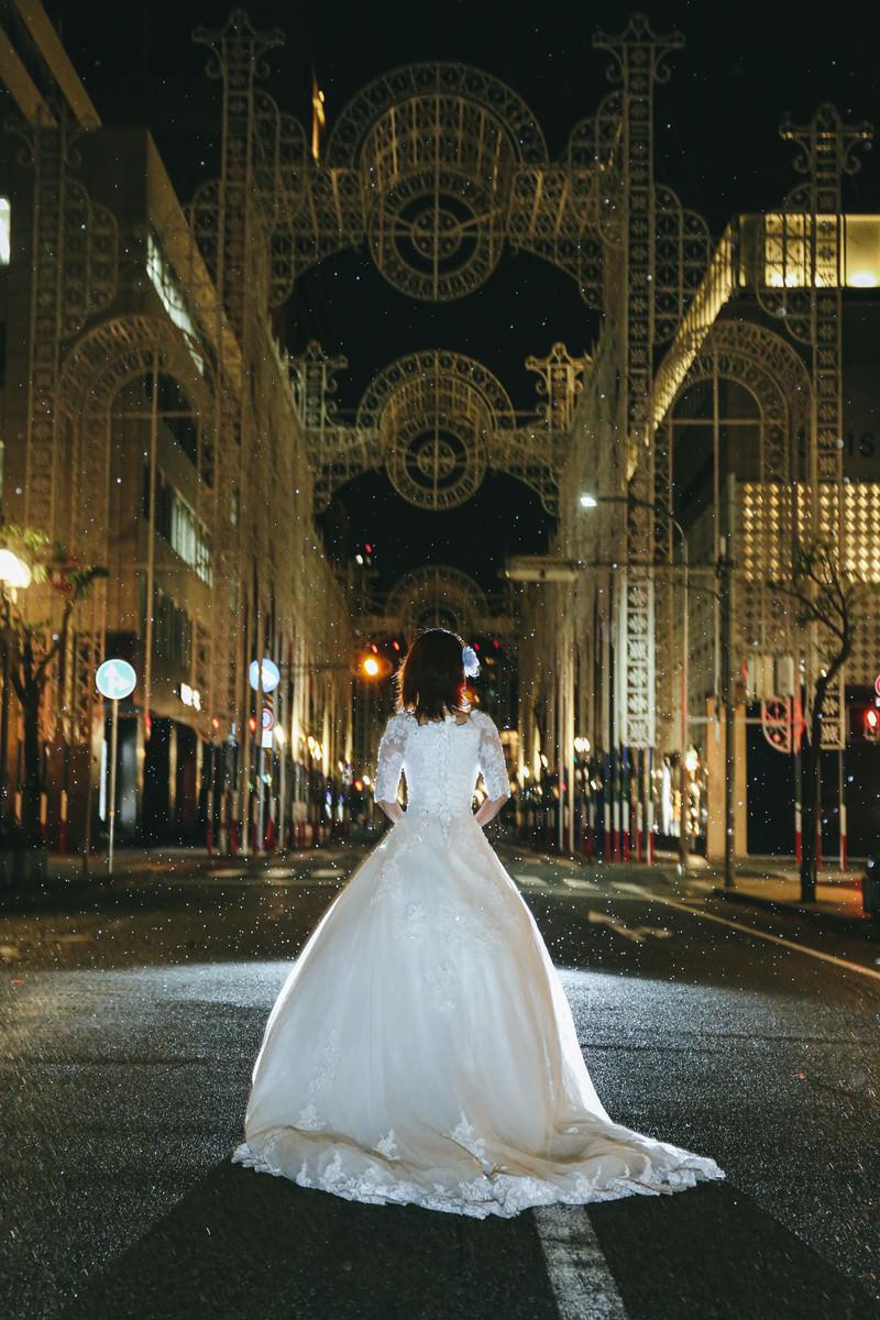 「点灯前の神戸ルミナリエとドレス(鎮魂)」の写真