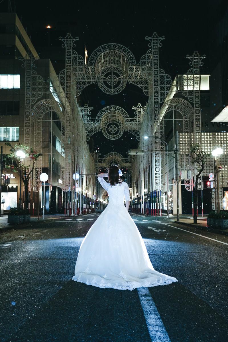 「小雨が降る点灯前の神戸ルミナリエとドレスの女性」の写真