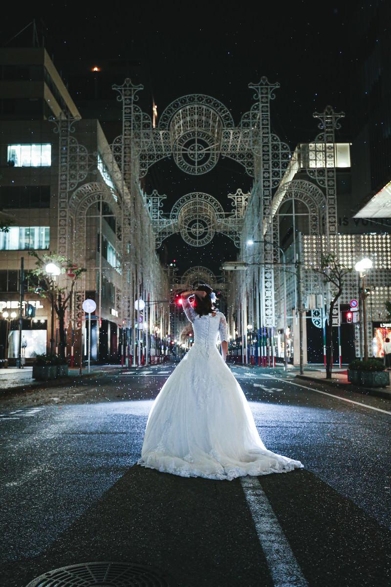 「阪神淡路大震災から25年目の点灯前の神戸ルミナリエとドレス」の写真