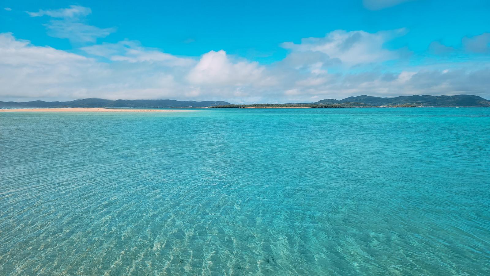 「どこまでも続く南国リゾートの透明度の高い海」の写真