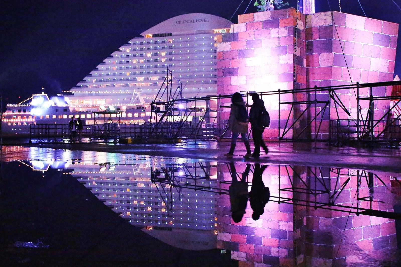 「雨上がりの水溜りに映る神戸メリケンパークオリエンタルホテル」の写真