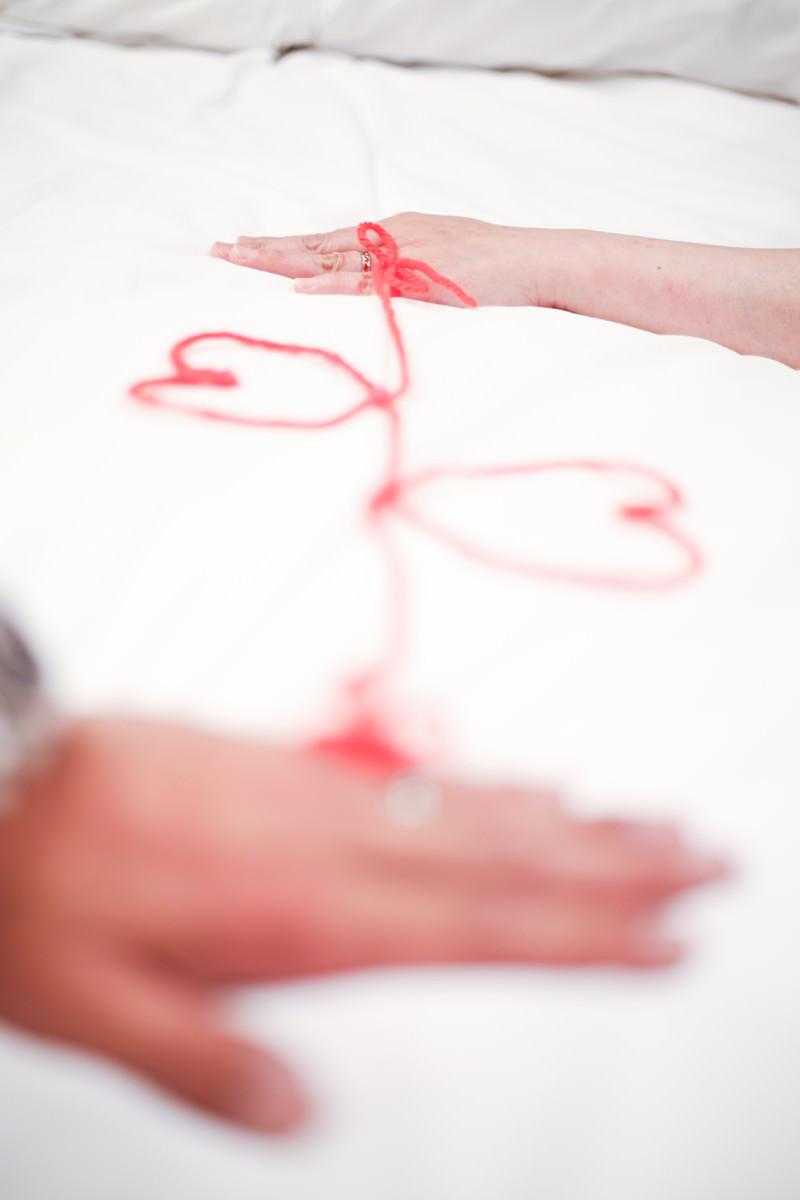 「運命の赤い糸で結ばれた男女の手」の写真