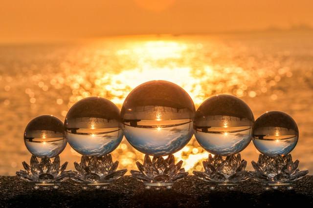 水晶の中の光芒と夕景の写真