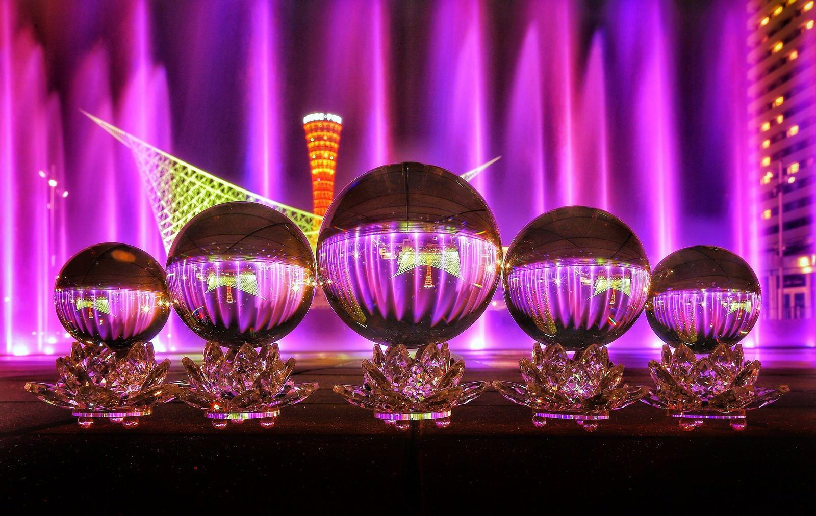 「ライトアップされた噴水を映し込む水晶玉」の写真