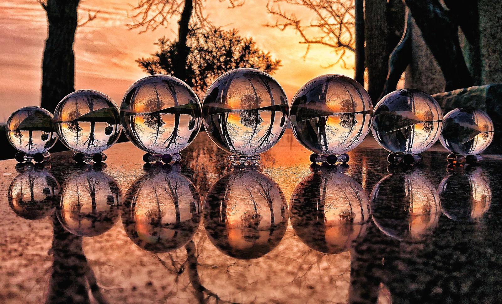 「水晶越しに見る夕焼けとリフレクション」の写真