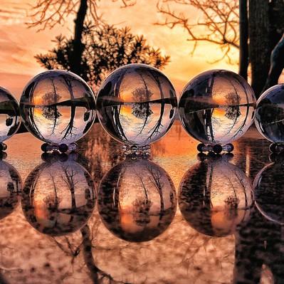 水晶越しに見る夕焼けとリフレクションの写真