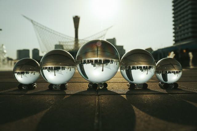 水晶球と路面に伸びる影の写真