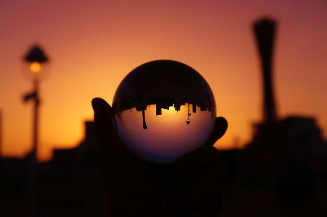 水晶と夕焼けシルエットの写真