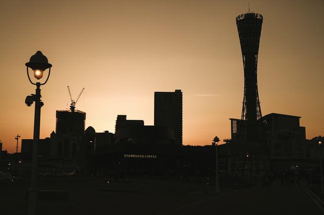 夕焼けと街並みのシルエットの写真