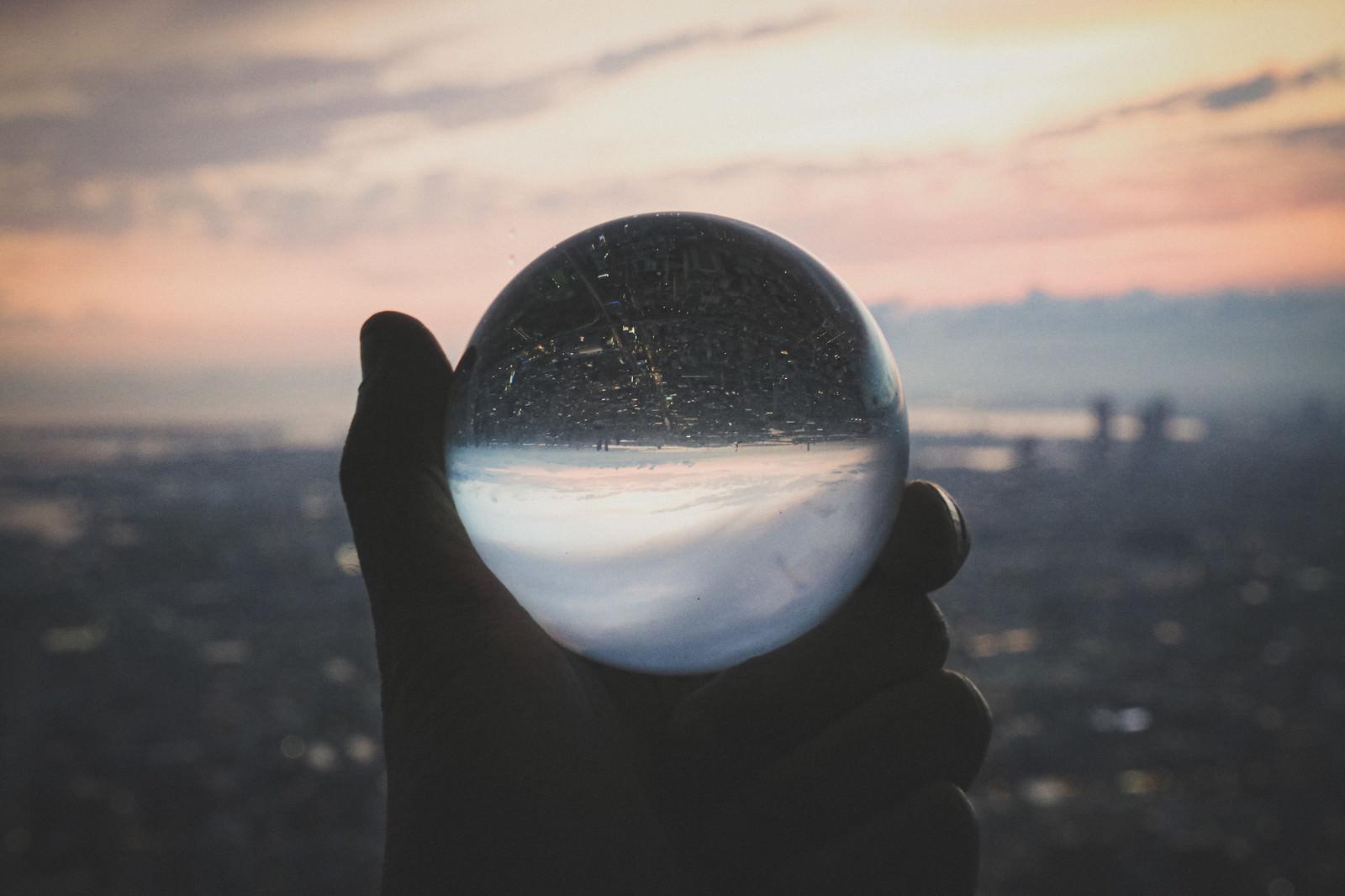 「高層階から望む街並みと水晶球」の写真