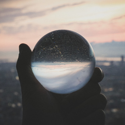 高層階から望む街並みと水晶球の写真