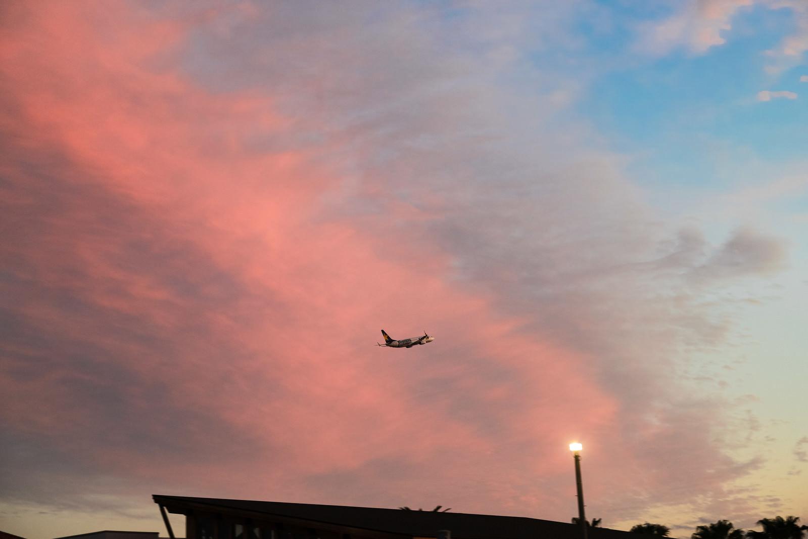 「夕焼け雲と飛び立つ旅客機」の写真