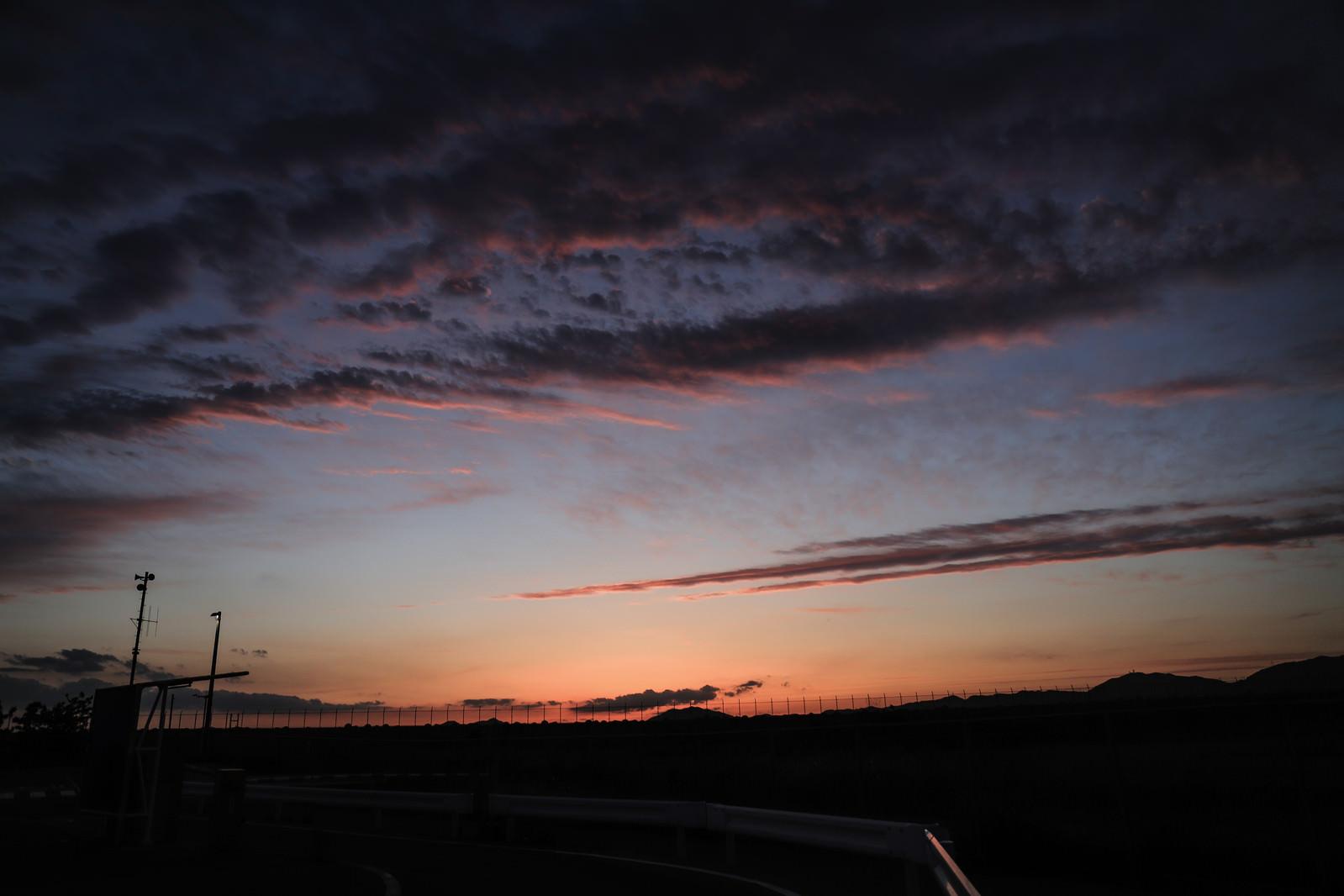 「日没前の焼けた空」の写真