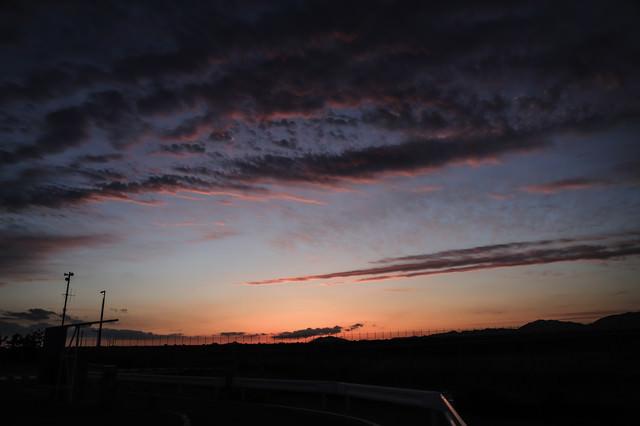 日没前の焼けた空の写真