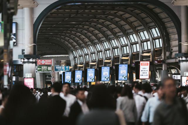 人で溢れる品川駅の写真