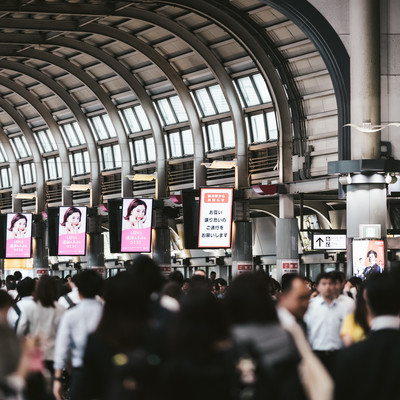 混雑する品川駅の写真
