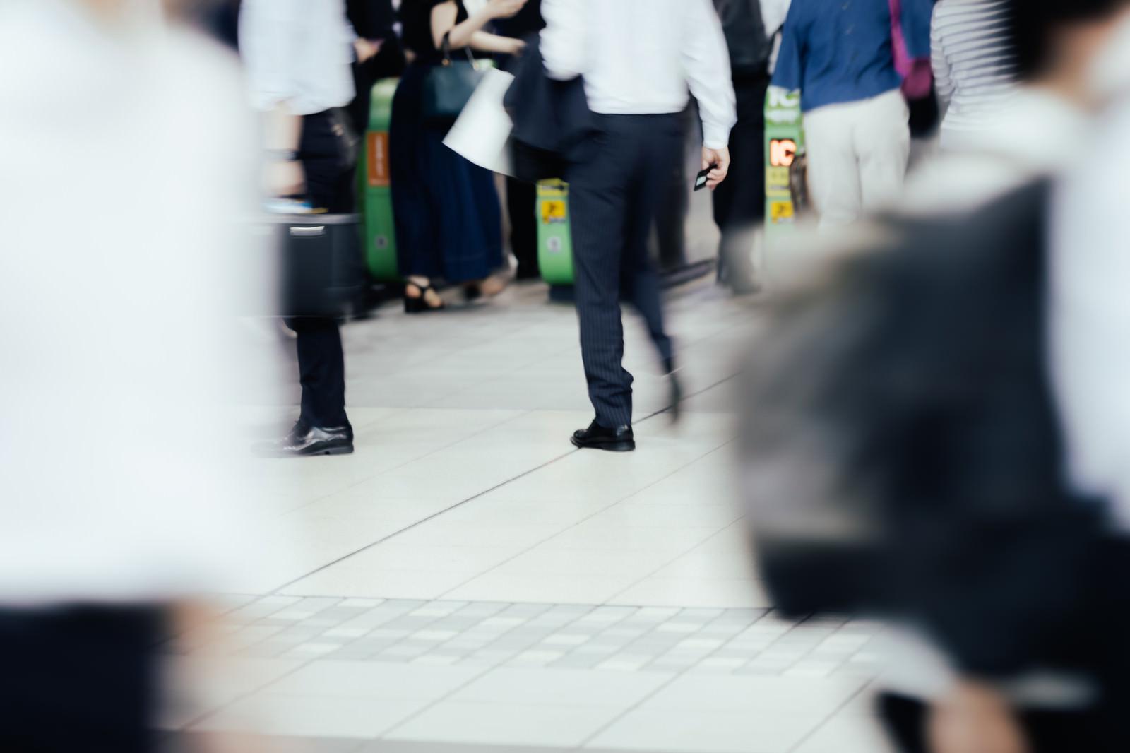 「人の往来が多い駅の改札」の写真