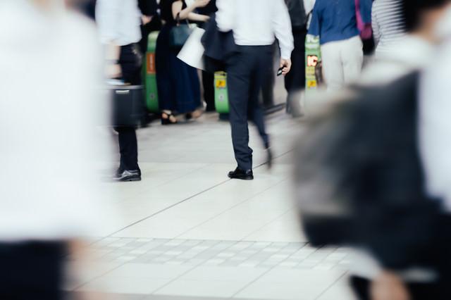人の往来が多い駅の改札の写真