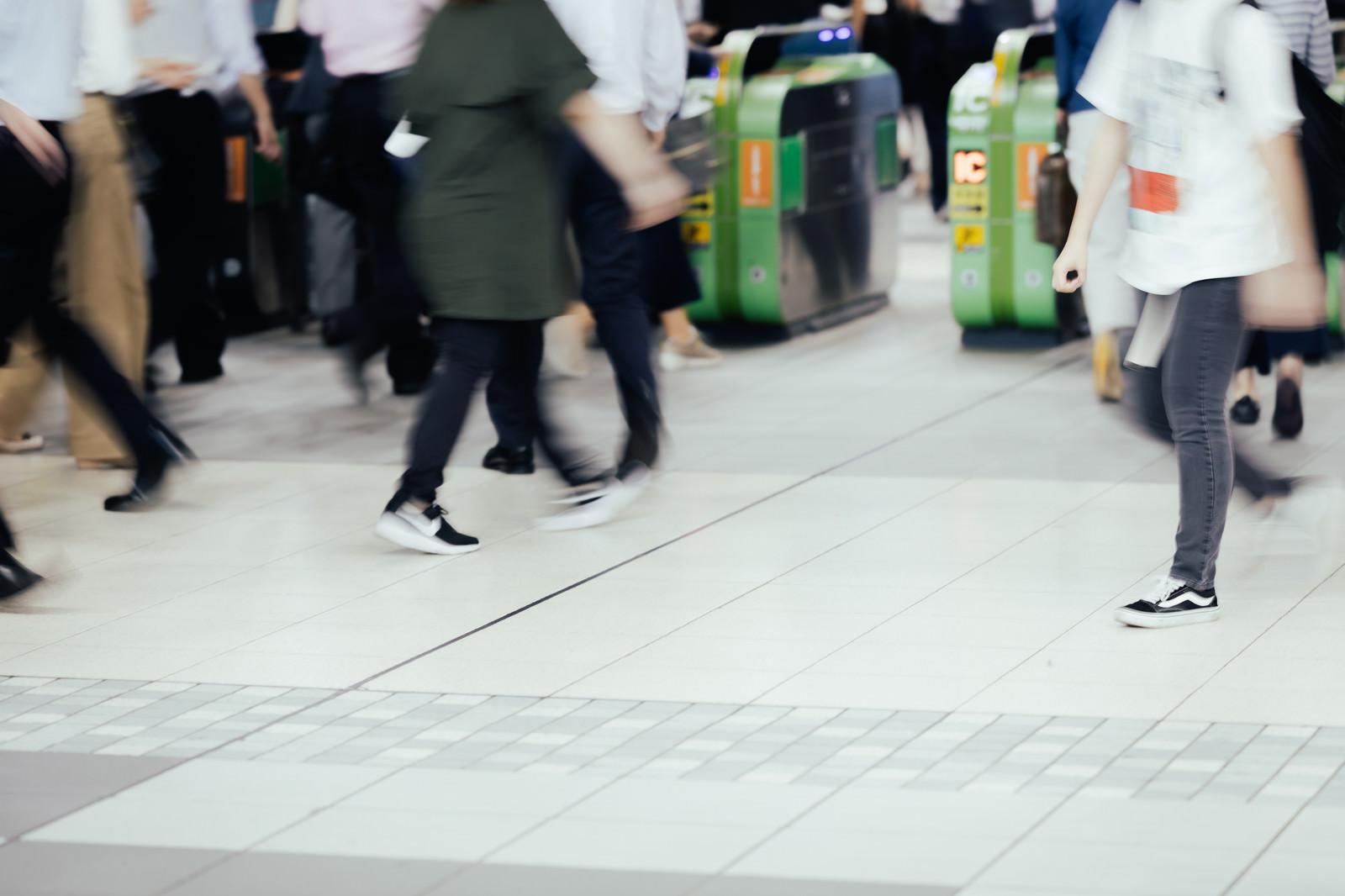 「足早に行き交う人々」の写真