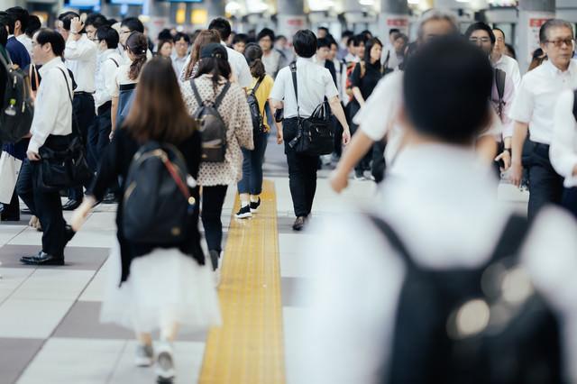 駅前の行き交う会社員(品川駅)の写真