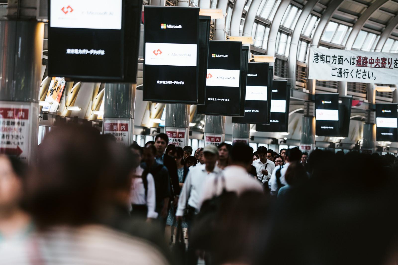 「品川駅の自由通路に並ぶディスプレイ」の写真
