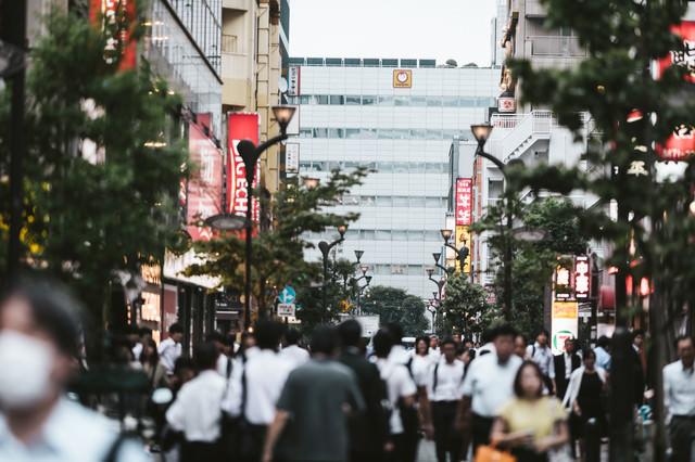 人であふれる品川駅港南口正面の中央通りの写真