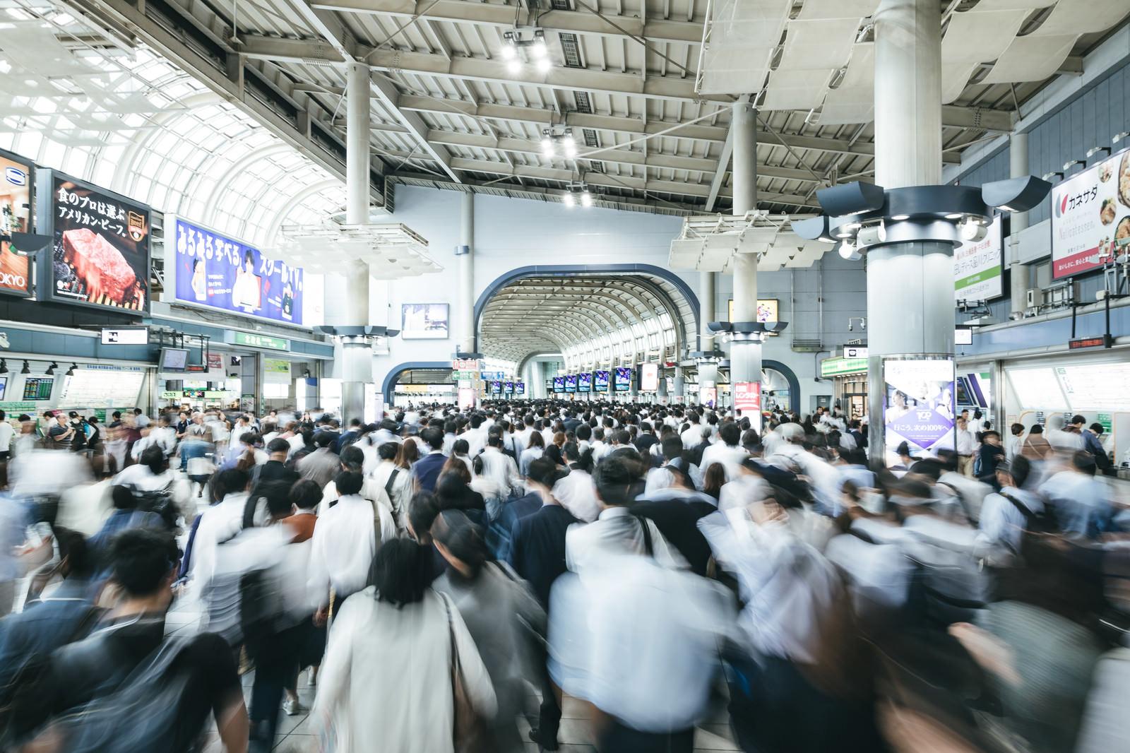 「通勤ラッシュ時のJR品川駅改札前」の写真