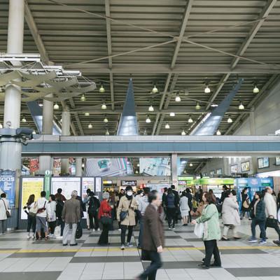 品川中央改札前の混雑の写真