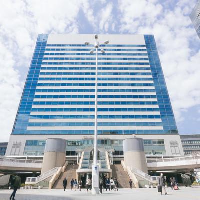 品川港南口と駅ビルの写真