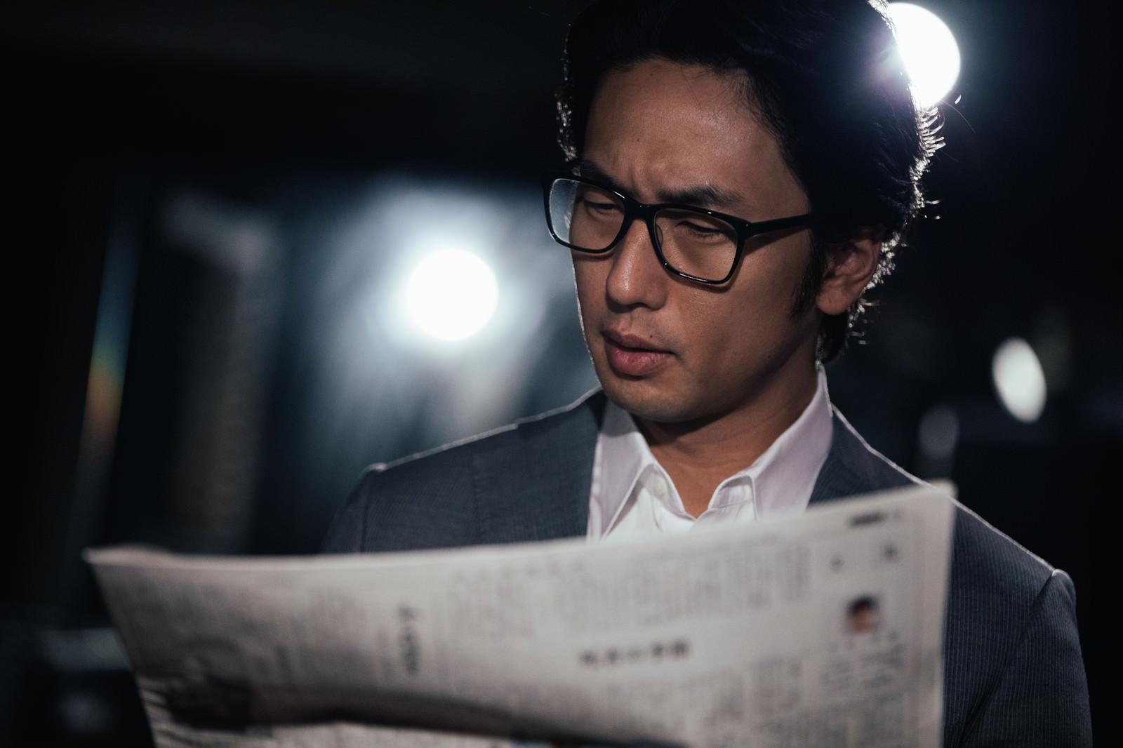 「事件を紙面で知る刑事」の写真[モデル:大川竜弥]