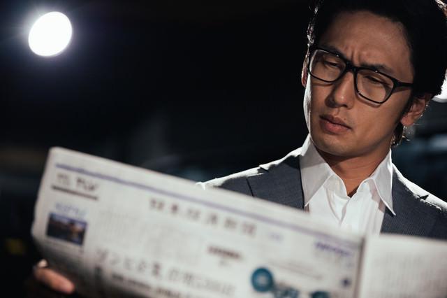 経済新聞に目を通す情報通の写真