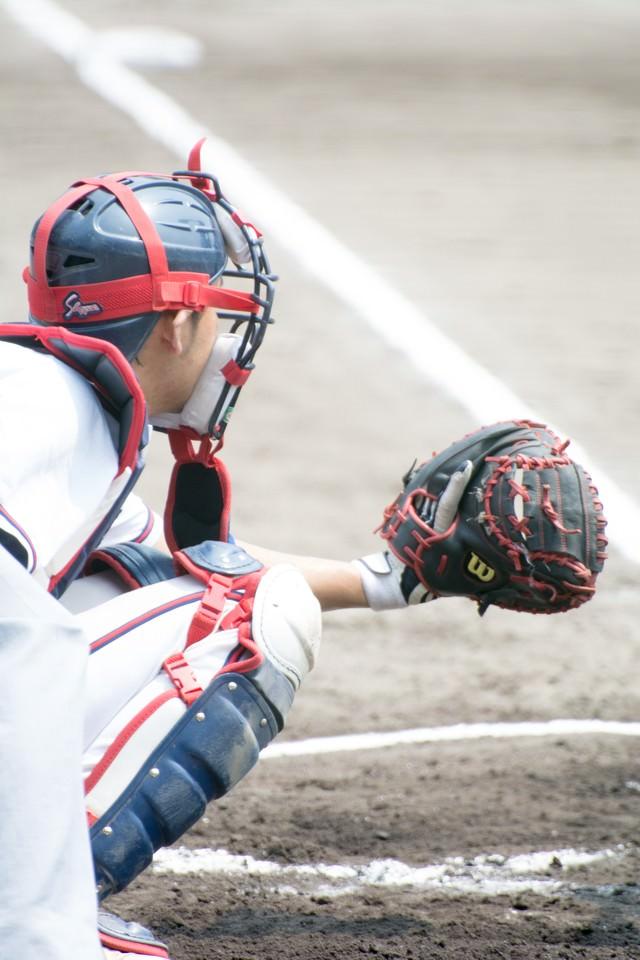 ミットを構えるキャッチャー(野球)の写真