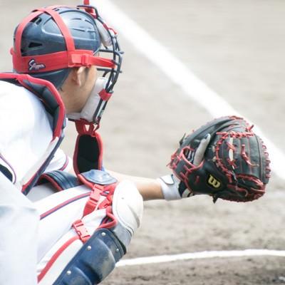 「ミットを構えるキャッチャー(野球)」の写真素材