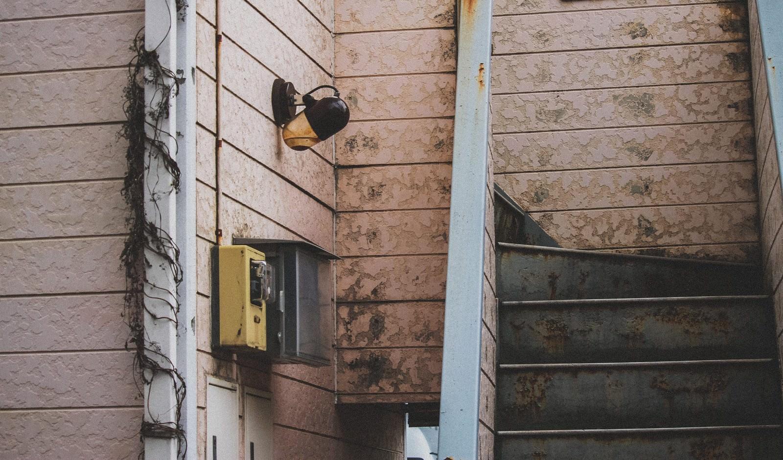 「しばらく人が住んでいないアパート」の写真