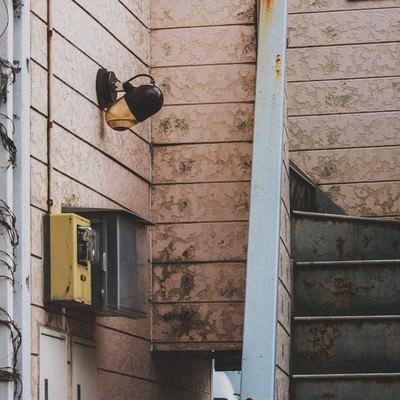 「しばらく人が住んでいないアパート」の写真素材