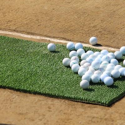 打ちっぱなしのゴルフボールの写真