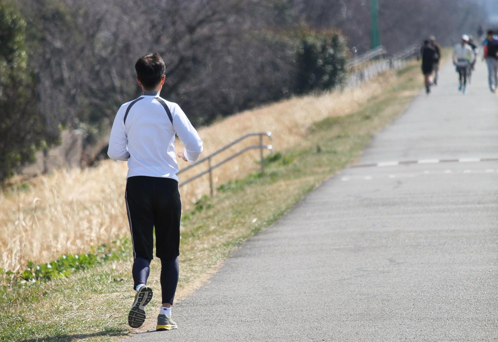 「河川敷を走るランナー」の写真