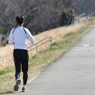 「河川敷を走るランナー」の写真素材