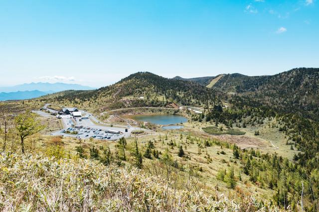 草津白根山弓池と観光地(駐車場)の写真