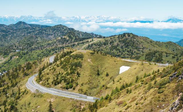 遠くにアルプス山脈が見える白根山からの景観の写真